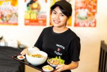 ラーメンに、唐揚げまたはゲソ天、ご飯、お新香が付いた平日ランチ限定のセットです。ボリューム満点ながら、250バーツとお求めやすい価格でご好評頂いております。ラーメンは「厳選味噌」「白味噌」「山形辛味噌」「庄内醤油」「東京とんこつ醤油」「ゆう二郎」の6種から選べ、ご飯は1回お代わり無料です。