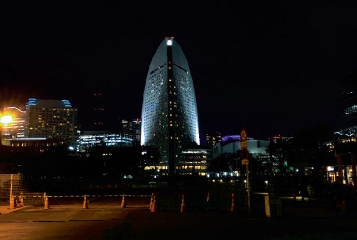 ホテルを予約できない。ホテルが足りないのではないか。東京2020大会を来年に控えた東京では、テレビのバラエティ番組などでもこんなネガティブなことがアナウンスされている。はたして本当に開催期間中のホテルを予約できないのかというと、どうもそうではないようなのだ。  たしかに国立競技場に近い五ツ星ホテルは、来日した要人の宿泊用として相当数がすでに確保されているようだ。でも、そもそも多くのホテルは一年以上先の予約を始めていない。旅行会社にいる知人に聞いたところ、多くのホテルが予約受付を開始するのが開催期間の約半年前から。オリンピックというビッグイベントなので少し前倒しになる可能性もあり、それでも年明けすぐの頃が受付開始のピーク。大手予約サイトで狙うならもう少し早めの11月。つまりちょうど今頃からぼちぼちと予約受付が始まるとのことだ。  そしてホテルの数だが、都内はもちろん横浜のベイエリアでも大手ホテルが筍のように完成しつつある。だから部屋数はそれなりに確保されているらしい。それでも心配な方は、旅行会社が提供している東京2020大会用のツアーを利用するのが、やはりベストな選択かもしれない。