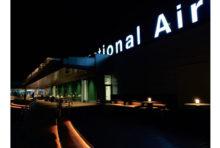 数回前のこのコラムでは成田空港のことを書いたので、今回は羽田の国際線ターミナルの様子を書いてみたい。僕はかつての羽田空港の近くで幼少期を過ごしたこともあり、この羽田にはとても思い入れがある。空港にも父親によく連れて行ってもらった記憶があり、ダグラスDC8という世界で初めて音速を超したという大型ジェット旅客機が就航した時にも、確か羽田まで見物に出かけたはずだ。  さて、そんな羽田が改めて国際線空港としてリニューアルしたのはだいぶ前のことだ。それ以来、拡張や改装が重ねられ、今ではいくつかのメディアが報じる国際空港ランキングでも常時上位に入るほどの人気空港となっている。来年の東京オリンピックを迎える準備も用意周到で、国際線ターミナル内には「The NIPPON」を感じるようなショップやホスピタリティがますます充実してきている。江戸小路やTOKYO POP TOWN等の施設案内にも以前に比べて外国語表記が増えたし、展望デッキもいつの間にかムード満点の空間となっている。  オリンピックというイベントは、その開催国において様々な事象を変化させていく。羽田も、たった3カ月ほどでより華のある空港に変わってきたような気がする。
