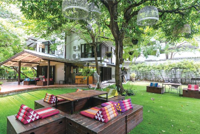 緑に囲まれた一軒家カフェ。暑さが和らいだ午後は庭に集い、ピクニック気分を味わうのもオススメ