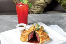 緑溢れる「ナイラート・パーク」内にあり、ナイラートグループ創設者の娘であるルーサック女史の名を冠したビストロです。女史がこよなく愛したホームメイドスタイルの西洋料理を提供し、NZ産テンダーロインやキノコをパイ生地で包んだ「ビーフ・ウェリントン」は、ジューシーな牛肉と赤ワインソースのバランスが絶妙な一品です。窓の外に広がる眺望と共に、優雅なひとときをお愉しみください。