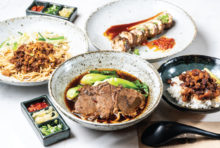台湾出身のシェフが手掛ける、ボリューム満点の「牛肉麺」が当店の自慢です。本場直輸入のもっちりとしたオリジナル麺を使用し、ジューシーで肉厚なオーストラリア産ビーフをトッピング。「汁あり」と「汁なし」の2種があり、どちらも奥行きを感じさせる深い味わいをお楽しみ頂けます。また、台湾人が愛してやまないソウルフードも充実しているので、ぜひお立ち寄りください!
