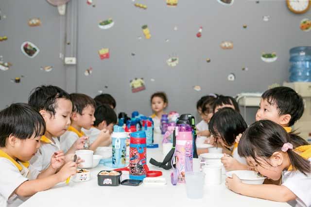 たくさんお勉強した後は、栄養士の考えた昼食を美味しくいただきます。終わったら園児一人ひとりがきちんとお片付けします。