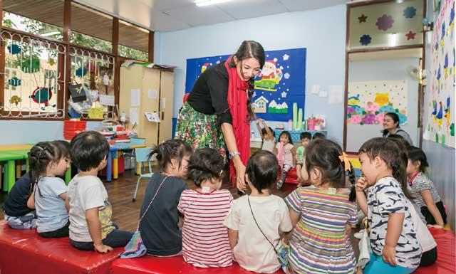 日本語教育が主体ですが、『レインボー幼稚園』では、毎日英語の授業があります。提携する英語教室から来る英語圏でしっかりと教育を受けたネイティブな先生が担当します。
