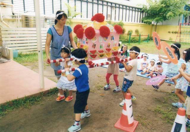 バンコク幼稚園 (プロンポン〜トンロー) - Bangkok Kindergarten - 園児一人ひとりの人格を尊重し、それぞれの成長に合わせた、きめ細やかな保育を実践している園です。「明るく元気に遊ぶ」「自ら友達と関わることができる」「自分のことは自分でできる」「思いやりのある」などの子どもの育成を教育理念に掲げています。