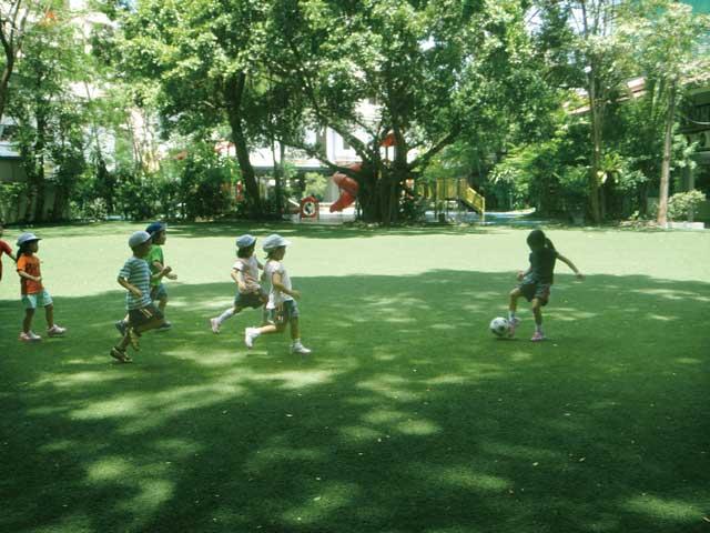 ASB日本人幼稚園(プロンポン〜トンロー) - The American School of Bangkok - 「遊べる子」「心豊かな子」「逞しい子」が教育方針。日本の季節、行事に合わせ制作活動、音楽活動、遊びを通して保育を行います。ネイティブスピーカーの英語講師が常勤し、体育大出身の園長がドッジボール、サッカー、器械運動などの体育遊び、水泳を指導します。