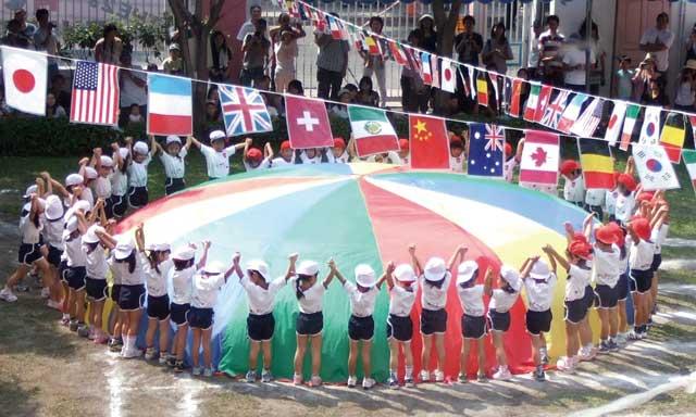 学校法人メロディー幼稚園 (トンロー〜エカマイ) - Melodies International Kindergarten and Nursery - 海外で教育を受ける子どもたちをサポートできるよう、1歳半から6歳までの一貫教育を行っています。設備の整った園内にはインター部も併設されており、「あかるく、つよく、かんがえる子」をモットーに、国際性・社会性・能力の発達を促す保育を実践。