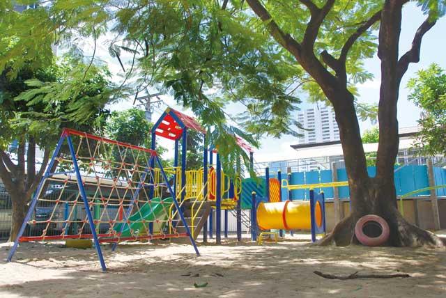 キラキラKIDS幼稚園 (トンロー〜エカマイ) - Kirakira Kids International Kindergarten - 「日本人としてのアイデンティティを持った国際人」の育成を念頭に、日本人と英語教諭による、二カ国語教育を実施。遊びを通して心身の調和的発達を育むという方針を掲げ、緑あふれる園内にはフルーツの実る樹木や砂の園庭もあり。2019年度より、 最々年少回最年少の週3コース(月、水、金)もスタートしました。