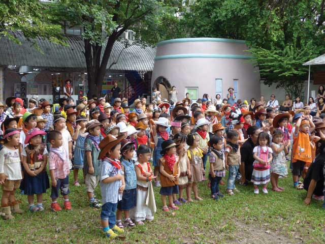 こばと幼稚園 (トンロー〜エカマイ) - Kobato International Kindergarten - スクンビット・ソイ38の奧にある幼稚園。清潔感があってゆったりとした園内で、周辺の環境もとても静かで落ち着いています。水曜日はサッカー、絵画手芸、ヴァイオリン、ソング&ダンスの中から選択制の課外保育あり。子どもの自発的活動を促すモンテッソーリ教育を採用しています。