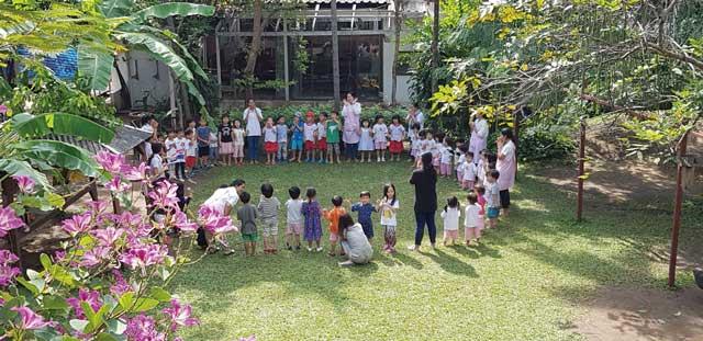バーンラック幼稚園 (トンロー〜エカマイ) - Baan Rak Kindergarten - シュタイナー教育を積極的に採用。大人が指示するのではなく、子ども自身が自ら創造・想像して遊びを創れるような、環境・雰囲気を重視。緑あふれる園庭で思う存分遊びます。パン作り、花輪作りなど五感を大切にし、子ども自身の達成感を満たす活動を行っています。