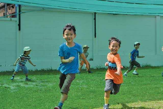 たんぽぽ幼稚園 (シラチャ) - Tanpopo Kindergarten - 「最後までやり通す粘り強い子、自発的に行動できる子、相手の気持ちを考えられる子」を理想とし、教師の目が十分に行き届く環境の中で、子どもの成長や変化を見守っています。先生や友達との距離が近く、何事も全員で相談しながら解決していきます。