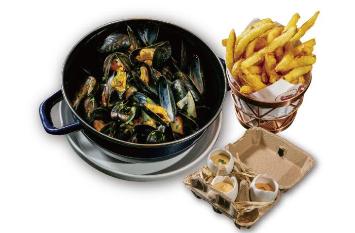 マリニエールやトムヤム風味、ビール「Hoegaarden」入りなど4種から選べる「MOULES FRITES(590B/1,090B)」はベルギー風ポテトを添えて