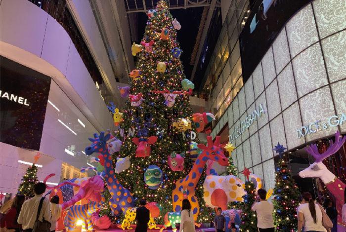 いよいよ来週25日はクリスマス。仏教国タイでは欧米諸国のように家族と食卓を囲んで祝うことは少なく、主に友達や恋人と気ままに過ごしたり、デパートのバーゲンやツリーのイルミネーションを楽しむイベントとして親しまれています。  中でもSNS好きのタイ人に人気なのが、ショッピングモールなどに飾られる巨大クリスマスツリーです。バンコクでは「セントラルワールド」「エムクオーティエ」「ICONSIAM」などに特設会場が出現し、休日には撮影待ちの人だかりができるほど。どこも1月上旬まで飾られるので、チェックしてみて。
