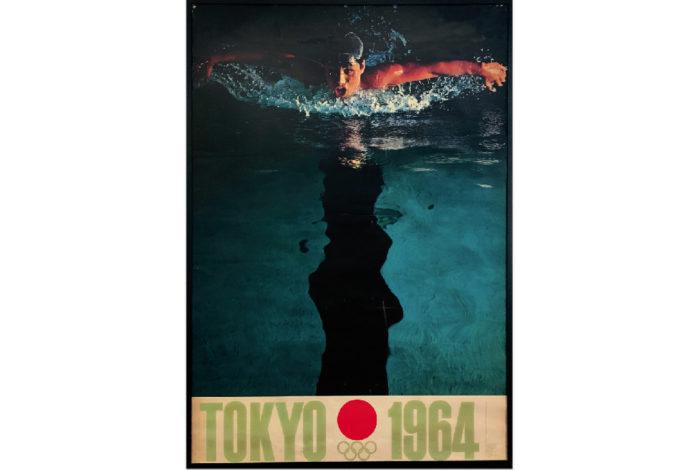 実に力強いビジュアルだ。バタフライのフォームがまるで大きな野鳥の羽ばたく姿にも見える。写真というよりも一枚の絵画のように、見る人を釘付けにする。  これは1964年に開催された東京オリンピックのポスターで、日本が誇るグラフィックデザイナーの巨匠の一人、亀倉雄策氏の作品だ。僕の事務所にひっそりと保存されていたものが、このタイミングに保管場所から出てきたのも何かの偶然。広告というアートが、時代が動く瞬間を無言で伝えていたことを改めて感じた。  謹賀新年。再び東京が時代とともに動く年が始まった。