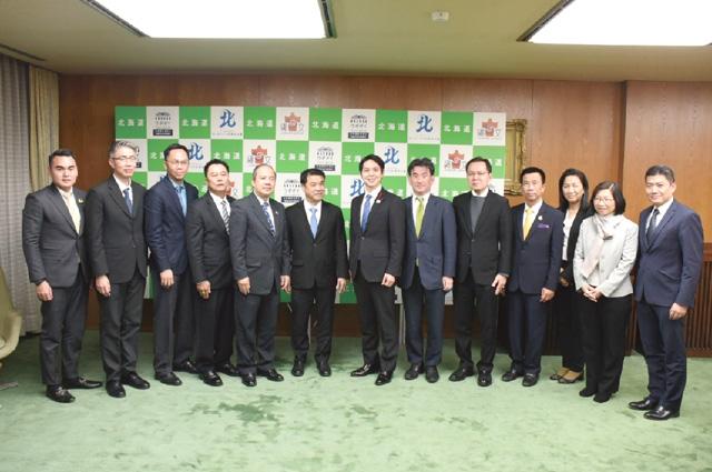 北海道視察にて、鈴木直道知事(中央)を訪問