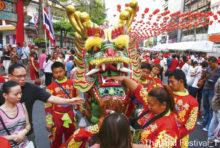 """""""タイには正月が3回ある""""と言われますが、そのうちの一つが中国の旧正月「春節」です。毎年日程が変わり、今年は1月25日(土)が春節に当たります。  バンコクで最も盛り上がる春節祭と言えば、チャイナタウン(ヤワラート)が有名。当日、辺りは縁起色の赤一色で装飾され、赤い衣服を来た人々で大賑わい。獅子舞や音楽隊の演奏など、さまざまな催し物が行われます。また今年は、中国との外交45周年を記念し、25・26日の両日に文化的なパフォーマンスも実施予定。普段とはひと味違う雰囲気を味わうことができます。"""