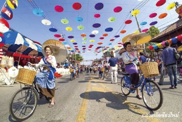 チェンマイ県の東部、サンカムペーン郡ボーサーン村で毎年1月の第3金曜から3日間に渡って開催される伝統工芸品の祭典「ボーサーン傘祭り(今年は17〜19日)」。期間中は村の至るところが色艶やかな唐傘で彩られる他、大通りでは伝統衣装を身に着けた女性のパレードや傘を使ったパフォーマンス、美人コンテストといった賑やかな催しが行われます。  村では200年ほど前から自然素材を使った傘作りが盛んで、地域の発展に貢献してきました。同祭りを通じて、チェンマイの文化に触れてみてはいかがでしょうか?