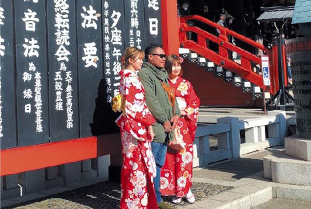 松の内も明けた1月13日。日本は3連休の最終、成人の日だ。都内でもあちらこちらで振袖姿を見られたが、たまたま仕事で出かけた浅草寺にも成人式帰りの女性がたくさん訪れていた。まだ正月ムードが残る境内は多勢の参拝者で賑わっていて、とにかく外国からの訪日客が目を引いていた。  その数は数年前に比べると、驚くほど多くなっている。ぱっと見たところでは日本人の方が少ないのではないかと感じるほどだ。境内の案内もしっかりと英語が併記され、おみくじにもきちんと英語による説明が記載されていた。  そんな境内の中でも、やはり振袖姿は華やかで、まことしやかに日本を感じさせるファクターとして十分すぎるほど機能していた。彼女たちは「写真を撮らせて」と、外国人から声をかけられるのもすでに慣れたもの。しなをつくって無難に写真に収まる女性が多かった。東京2020大会の年。オリンピックへの関心が薄いといわれる日本人だが、異国とコンタクトする人々の意識も少しずつ高まっているようだ。