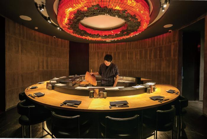 ドンキモールトンローの3階。焼場をぐるりと囲むように配されたモダンなカウンター席が印象的