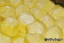 水などで溶いた小麦粉を薄く伸ばして焼くタイ風クレープ「ロティ」。タイ人のみならず、外国人観光客からも人気を博す定番スイーツだ。そんなロティを焼かずに、生地に練乳などを混ぜてそのまま食べるのが今、巷の若者の間で流行っている。