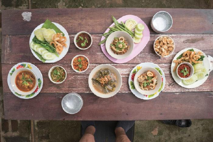 「ナムプリック・ヌム(青唐辛子のディップ)」や「ナンプリック・オーン(豚肉とトマトのディップ)」「ゲーンハンレー(タイ北部の豚肉カレー)など本場の味をお試しあれ