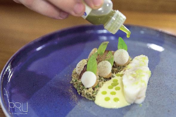 時期によって変わる旬の食材を、独創的な調理法で仕上げる全8品のコース料理(5,500B)の一例。ハタとカリフラワーを使ったひと皿