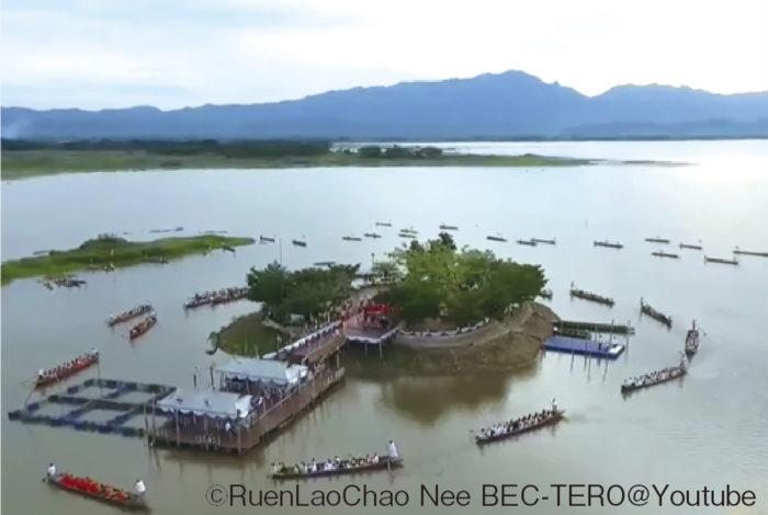 タイには仏教関連の祝日が年に4回ありますが、その一つが「マカブチャー」と呼ばれる万物節です。毎年日付が異なり、今年は2月8日(土)が公休日です(10日に振替)。  太陰暦で3月の満月の日に祝う「マカブチャー」は、釈迦の説法を聞きに1250人の弟子が偶然集ったという故事に由来するのだとか。 当日は寺院に参拝してタンブン(徳)を積み、お経を唱えながら本堂の周りを3周する「ウィアンティアン」を行うのが一般的。北部パヤオ県の「ワット・ティロークアラーム」では国内で唯一、ボートでウィアティアンをすることでも知られています。