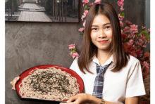 日本屈指のそば処・山形県の素朴な田舎そばを、かつおダシの風味豊かなつゆにくぐらせお召し上がり頂けます。やや硬めで喉越しが良く、噛むごとに深い味わいを感じられるはずです。他にも「いも煮」「山形だし冷奴」といった同県の郷土料理を揃えていますので、地酒と一緒にご賞味ください。