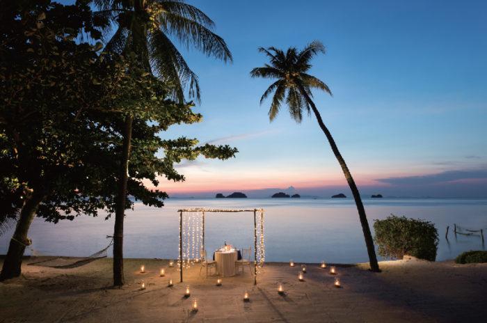 キャンドルで演出された ロマンティックディナーも◎ Conrad Koh Samui コンラッド・コ・サムイ