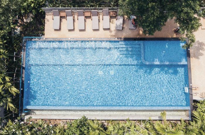 海水に近い浮遊感を感じられるよう塩水プール DeeProm Pattaya Hotel ディープロム・パタヤ・ホテル