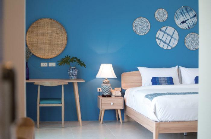 爽やかな青色を基調にした部屋はクラフト品を多用 DeeProm Pattaya Hotel ディープロム・パタヤ・ホテル