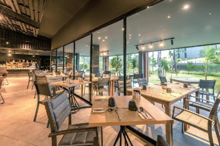 庭の緑が気持ちいい、朝食ビュッフェのレストラン La Vela Khao Lak ラ・ベラ・カオ・ラック