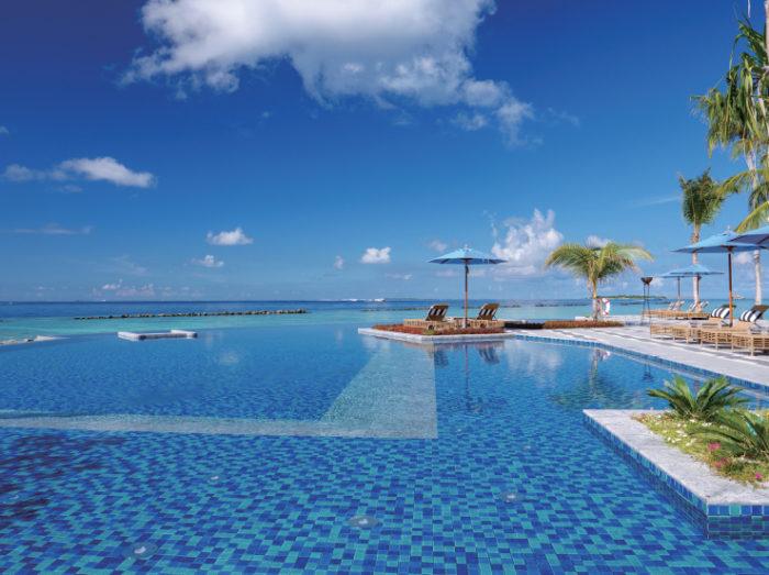 インフィニティプールから見える爽快な青の世界 Singha Travel presented SAii Lagoon Maldives サイ・ラグーン・モルディブ