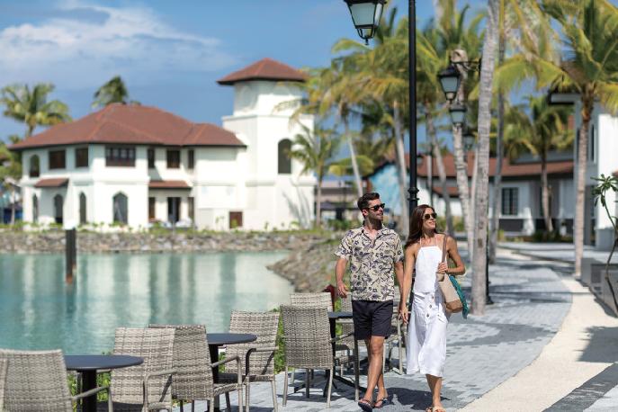 お隣の複合商業施設「The Marina@CROSSROADS」は徒歩5分 Singha Travel presented SAii Lagoon Maldives サイ・ラグーン・モルディブ