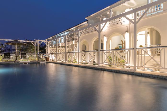 リゾート気分を高める美しい白亜の建物とプール Somewhere Koh Sichang サムウェア・コ・シーチャン