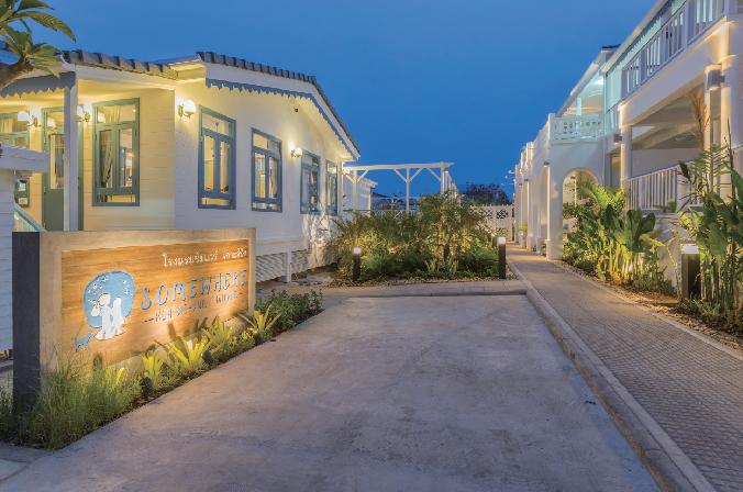 離島のリゾートらしい青と白のコントラストで迎えてくれます Somewhere Koh Sichang サムウェア・コ・シーチャン