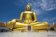 仏教国タイの寺院には大小さまざまな仏像がありますが、中でも国内最大、世界で4番目の大きさを誇るのが中部・アーントーン県ウィセートチャイチャン郡内の寺「ワット・ムアン」にある「ルアン・ポーヤイ」です。