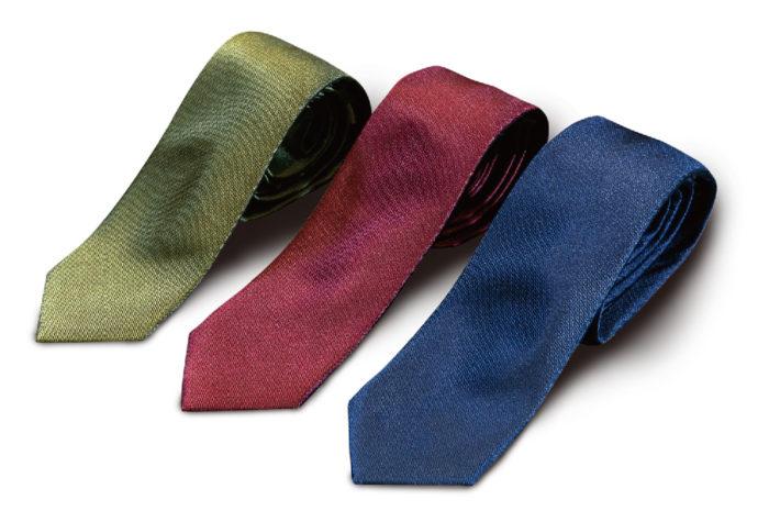 どんなシャツにも合う無地のネクタイ