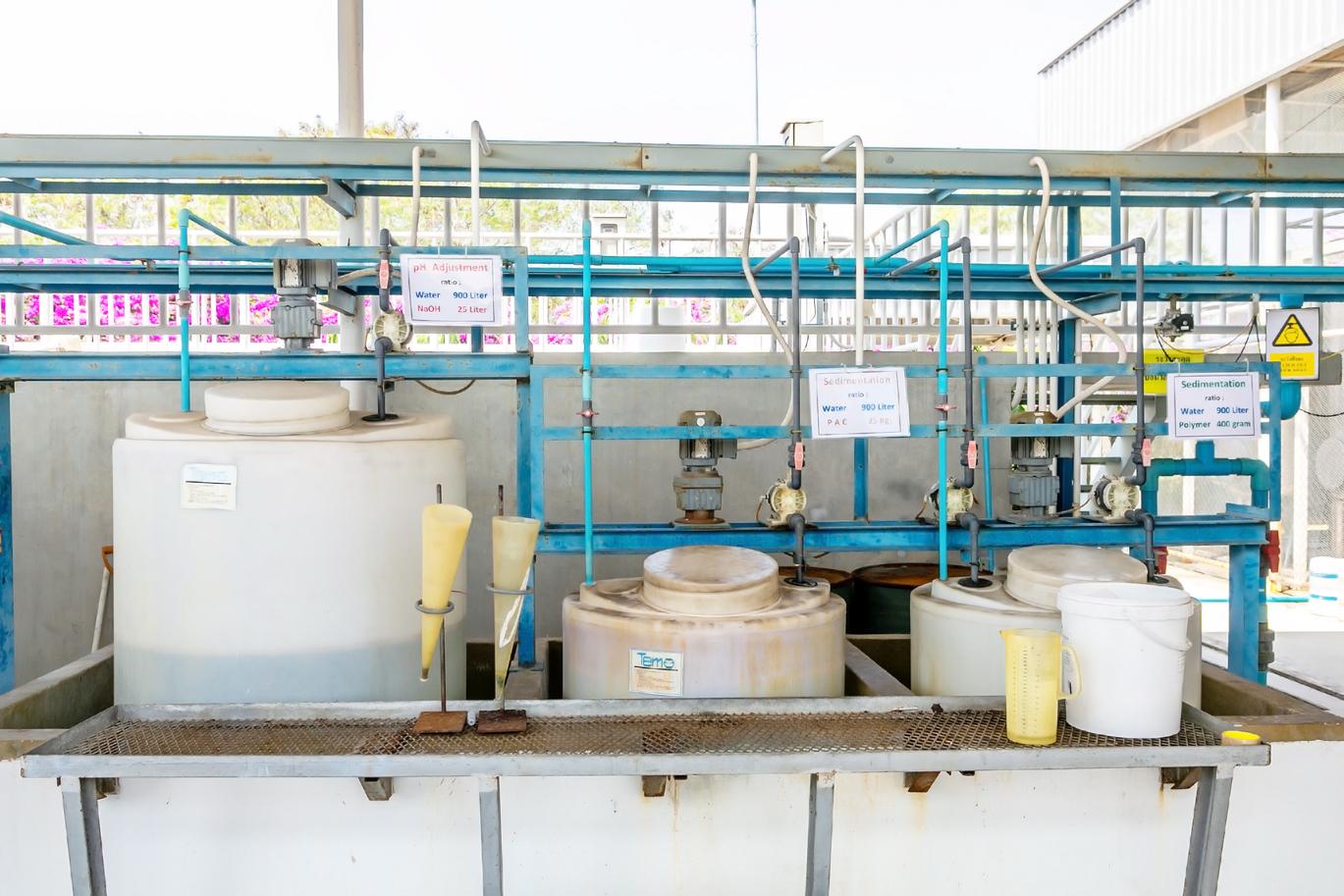 排水にPh調整剤や凝集剤を投入し、排水内の粒子を結合させる。こうすることで排水内の不純物(スラッジ)を沈殿させる