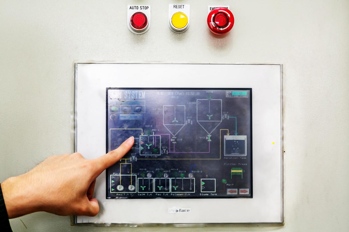 Ph調整剤や凝集剤はプログラミングにより自動で供給。管理もタッチパネル式の操作盤で簡単に行えるので省力的