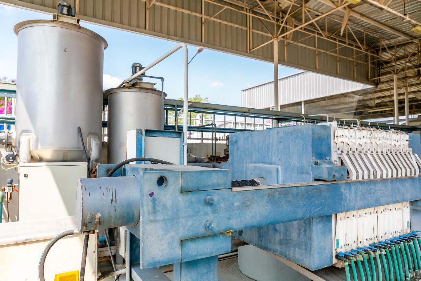 沈殿したスラッジを特殊な装置で完全に水と固形物に分離。このドライスラッジは食品由来なので、産業廃棄物とはならない