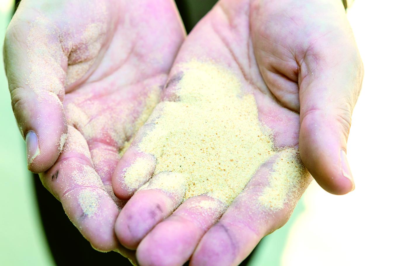 鍛造で発生した排水のため、薬剤だけで沈殿させるのが難しい。そのため、同社が独自開発した特殊な砂「UIサンド」などを使用し、スラッジを砂に吸着させて沈殿させている。排水の性質により臨機応変にソリューションを提供できるのも、豊富なノウハウを持つ同社の強みだ