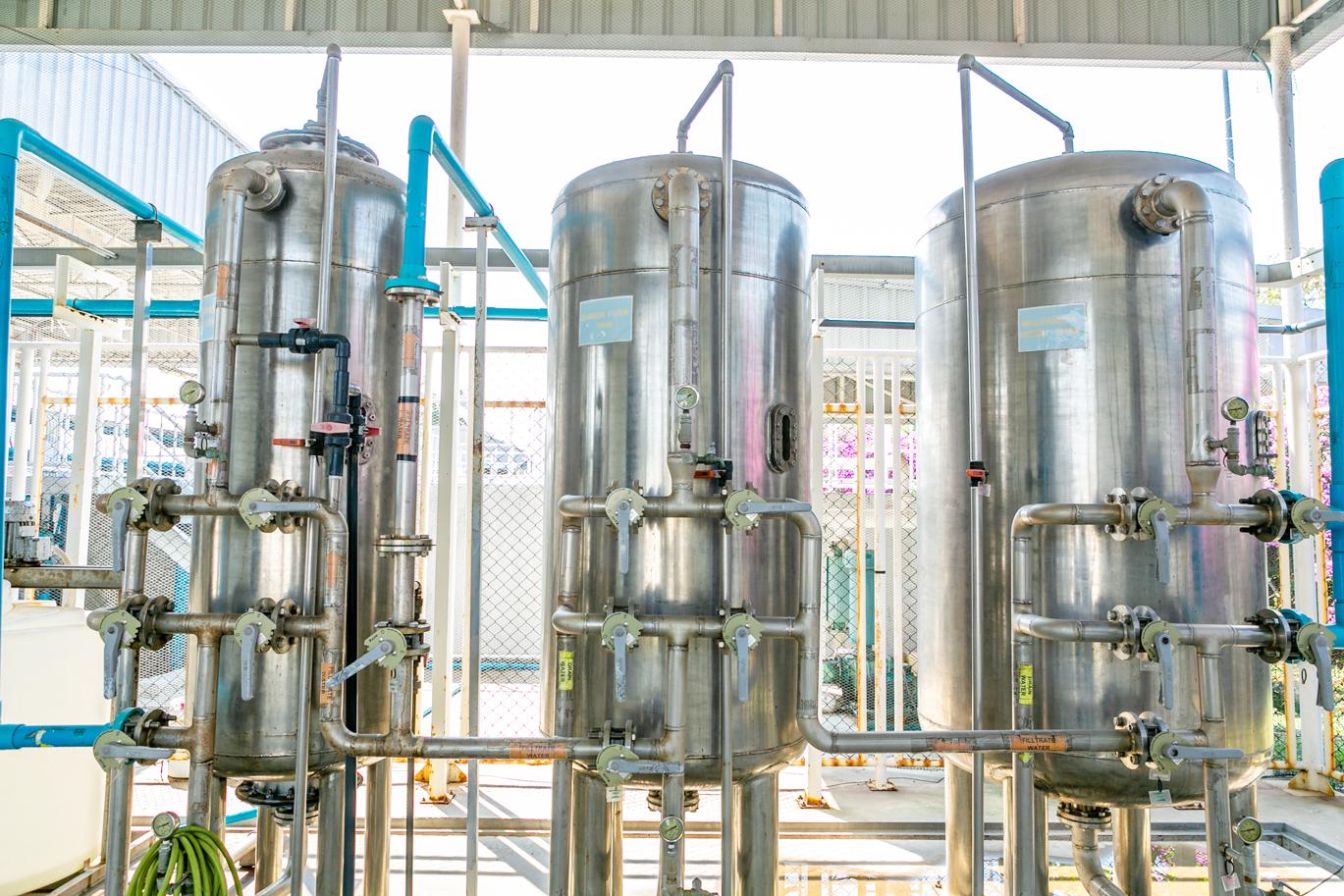 工業団地で供給される水を通常の炭で浮遊物を取り除き、さらに活性炭で臭いや塩素を除去。その後、イオン交換樹脂で軟水化する。