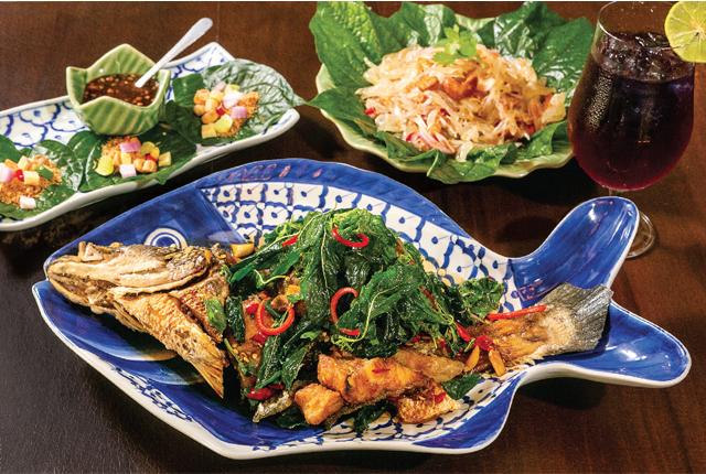 """「古き良きタイ伝統料理の魅力を届けたい」。そんな想いから昨年12月にプロンポンの一角にオープンした当店。観光客はもちろん、本場の味を知るローカルの皆さんにも""""タイらしいタイ料理を楽しめる""""と評判です。経験豊富なシェフが腕を振るう料理の中でも、私のお気に入りは揚げた魚にガパオソースをかけたこちらのひと皿。他店ではあまりお目にかかれない、珍しい料理も充実しています。"""