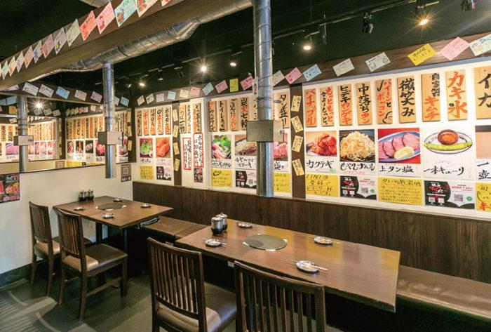 店内の壁をカラフルに彩るメニュー札や料理写真、店長からの「一言」などが店内に活気を生む