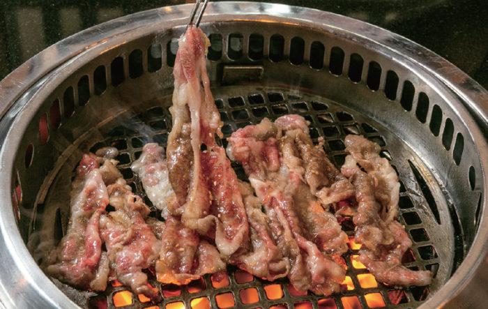 【極上バラスキ 690B】牛バラ肉を豪快に焼き上げ、秘伝のタレと生卵にくぐらせて頂く。滴る肉汁と共にご飯が進む一品だ