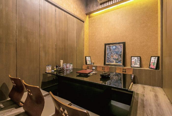 テーブル席の他、接待にも重宝する7部屋の個室を完備。最大24名まで収容可能