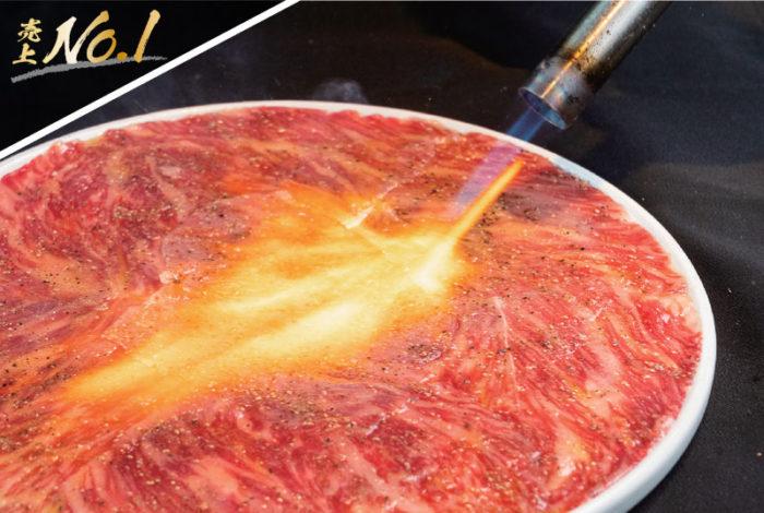 【リブアイ炙りユッケ 980B】上質な脂をまとった近江牛は融点が低く、口に含んだ瞬間に甘さが弾ける