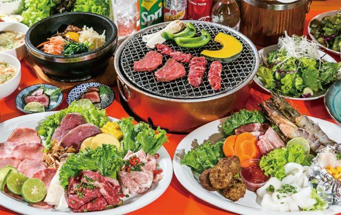 牛・豚・鶏肉や魚介類の盛り合わせなどドリンク込みのコースを600B/人〜提供(写真は1,000B/人のコース、いずれも税サ別)