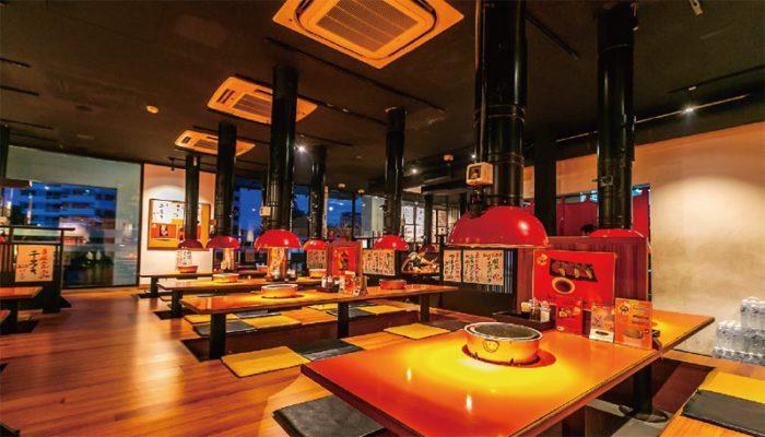 「日本街」2階に構える店舗には、テーブル席と掘りごたつ席を完備